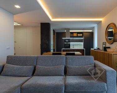 Apartamento T3, remodelado e com vista para o Douro, em Vila Nova de Gaia