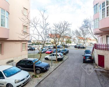 Apartamento T3 remodelado, com lugar de estacionamento em Vale Fetal
