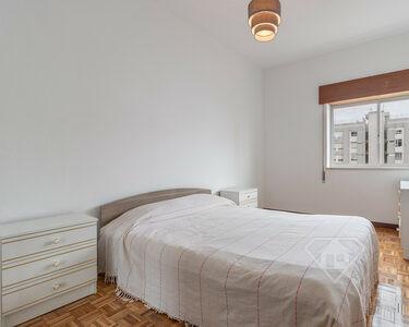 Apartamento T2, com cozinha equipada e áreas amplas, em Marvila