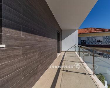 Moradia geminada T4+1, com acabamentos de luxo e garagem, em São Marcos