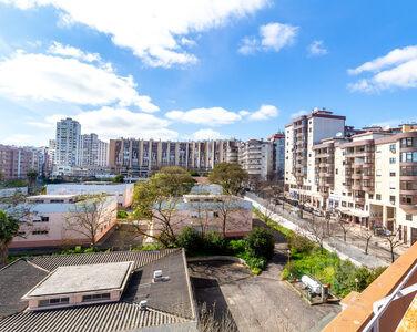 Apartamento T3, com áreas generosas, no centro de Almada