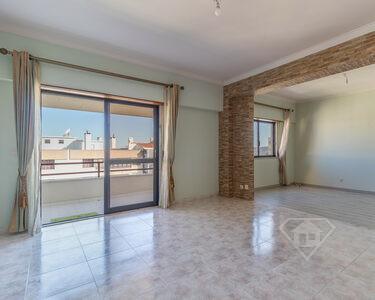 Apartamento T3, transformado em T2, com áreas amplas, no Infantado