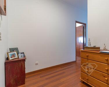Apartamento T2, remodelado e com vista para o mar, em Oeiras