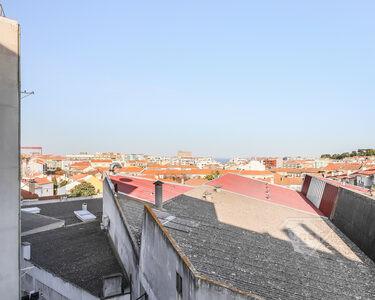 Apartamento T3, com lugar de estacionamento exterior e varanda, em Almada