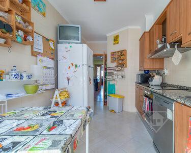 Apartamento T3, com arrecadação e lugar de garagem, em São Domingos de Rana