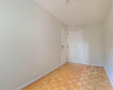 Apartamento T3, com áreas generosas e localização central, em Telheiras
