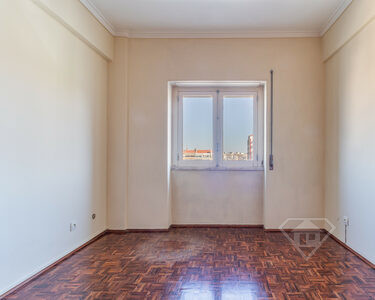 Apartamento T2, pronto a habitar, servido por transportes e comércio, na Buraca