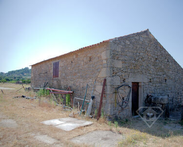 Moradia T5+2 inserida em lote de 7ha, junto à aldeia histórica de Monsanto