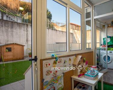 Apartamento T2+1, com lugar de estacionamento e terraço privado, no Porto