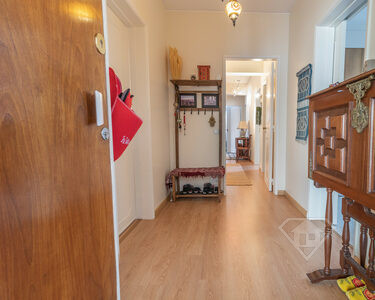 Apartamento T3+1, recentemente remodelado, com arrecadação, em Oeiras