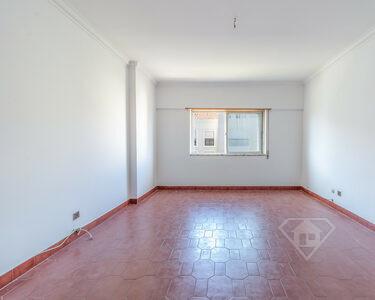 Apartamento T3, com áreas amplas e pronto a habitar, no centro de Massamá