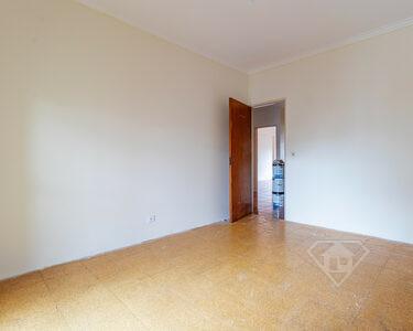 Apartamento T4, com áreas generosas e excelente exposição solar, no Cacém