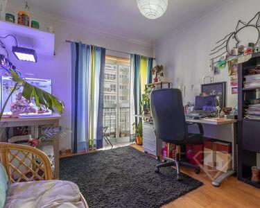 Apartamento T3, com áreas amplas e garagem para duas viaturas, em Massamá