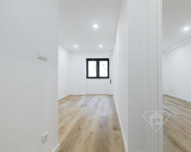 Apartamento T1, totalmente remodelado e com terraço privativo, em Almada