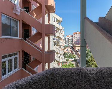 Apartamento T3+1, com áreas amplas e muita luz, em Campo de Ourique