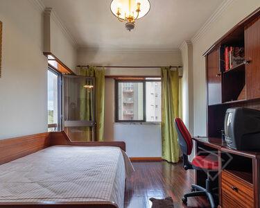 Apartamento T3, com vistas desafogadas e boa exposição solar, em Queluz