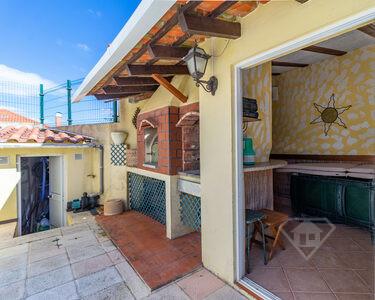 Moradia isolada T4, com cozinha equipada, piscina e garagem, em Rio de Mouro
