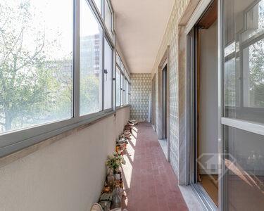 Apartamento T4, com estacionamento, na Alameda das Linhas de Torres